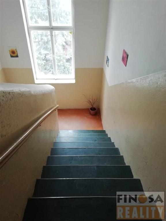 Nájem malého podkrovního bytu 1+kk v bližším centru města Chomutov.